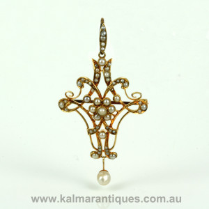 Antique pearl pendant that converts to a brooch